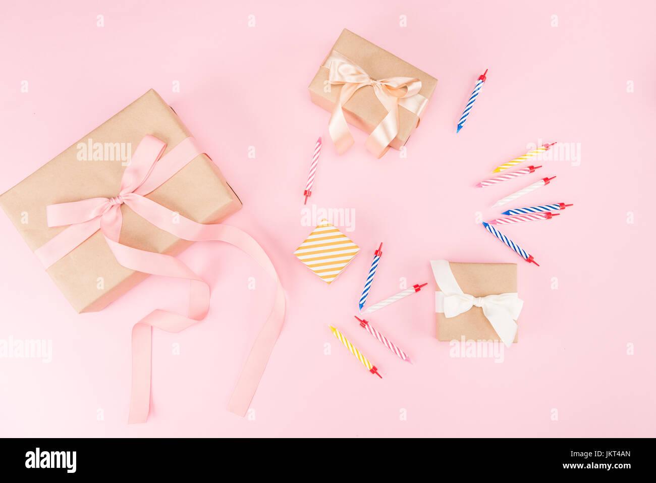 Draufsicht der Kerzen mit Geschenk-Boxen und Konfetti Mock-up, Geburtstagsparty Stockfoto