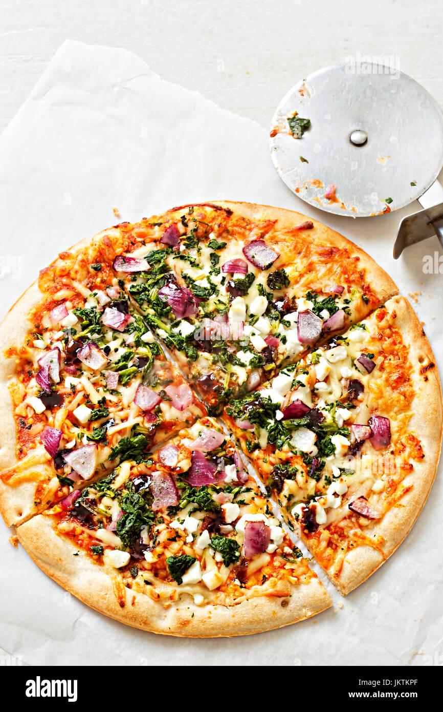Gemüse- und Ziegen Käse Pizza auf dünne Basis Stockbild