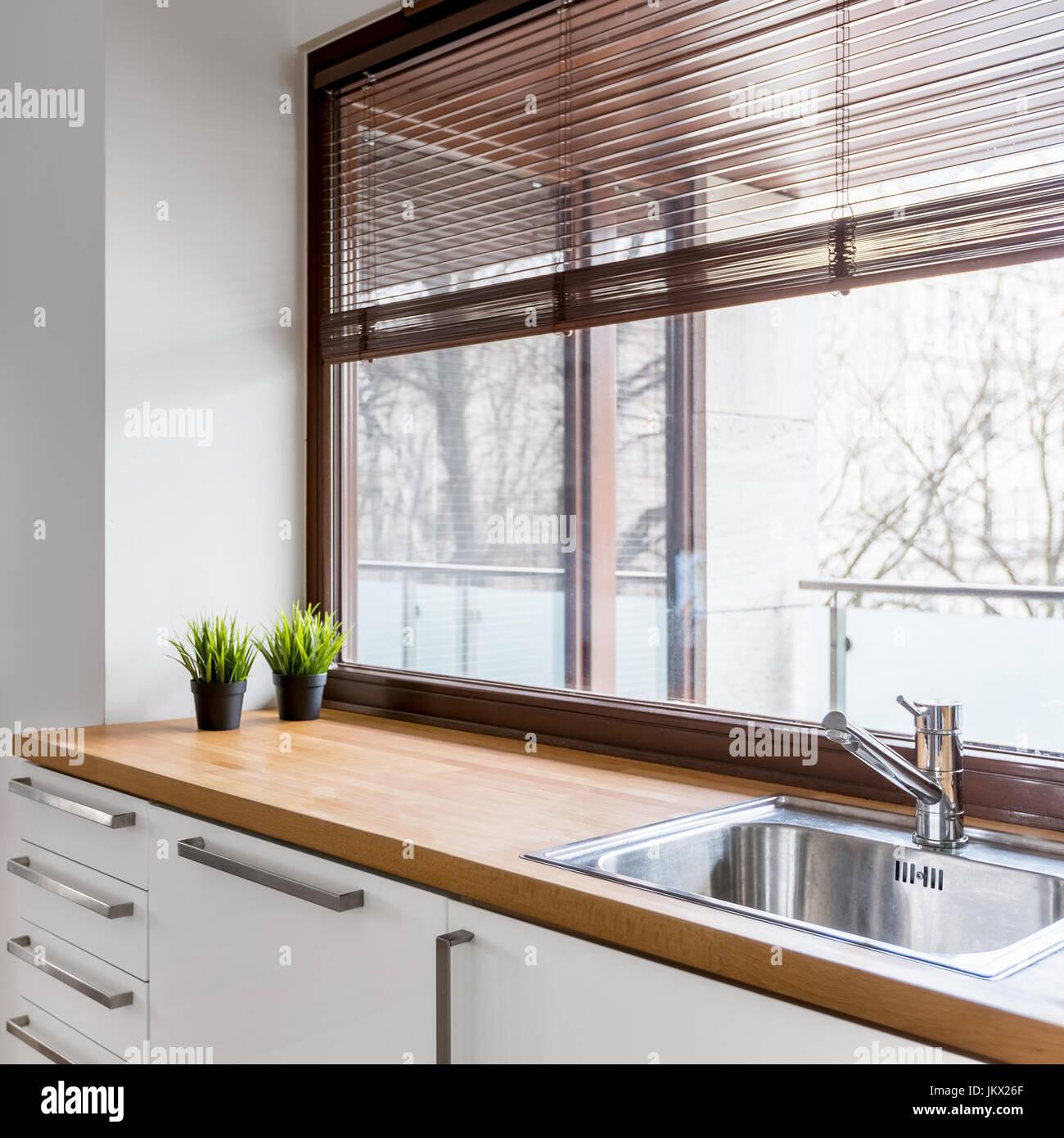 Weiße Küche mit Arbeitsplatte aus Holz, Silber Waschbecken ...
