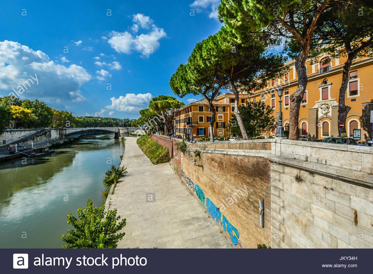Die Ufer des Flusses Tiber in Rom an einem warmen Sommernachmittag. Stockbild