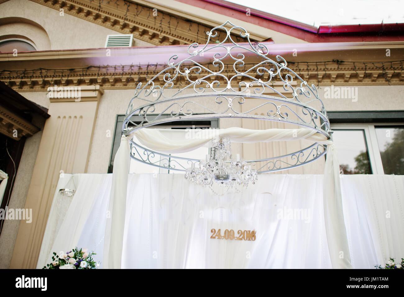 Hochzeit-Bogen und Inschrift auf den weißen Vorhängen Stockfoto ...