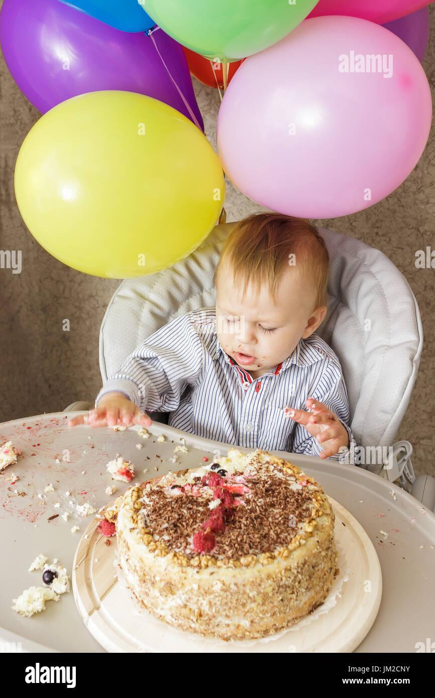Ein Jahr Alter Junge Sitzt Im Hochstuhl Und Seinen Kuchen Schmecken