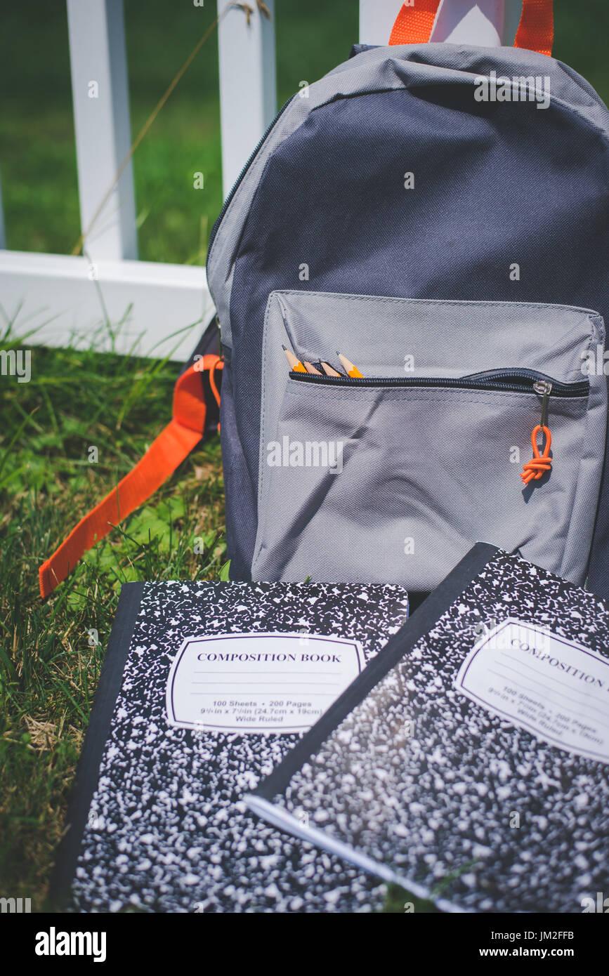 Buch Taschen oder Rucksäcke voller zurück zu Schule-Versorgungsmaterialien. Stockfoto