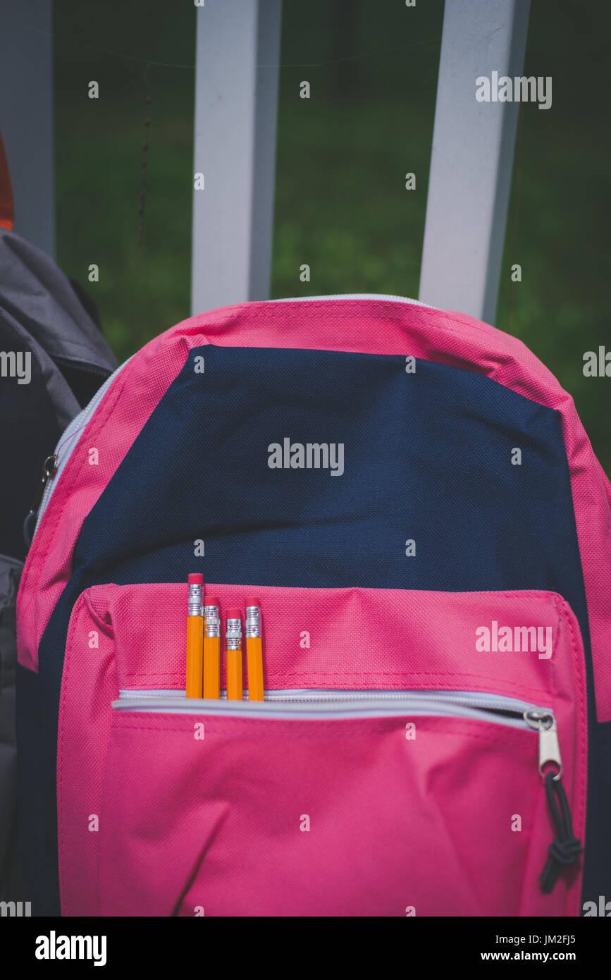 Eine Tasche, Rucksack mit Schule liefert für zurück in die Schule. Stockfoto