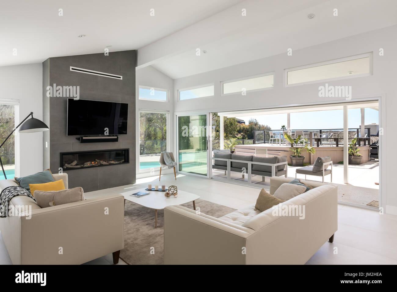 Modernes Wohnzimmer mit Blick auf den Wohnbereich im freien ...