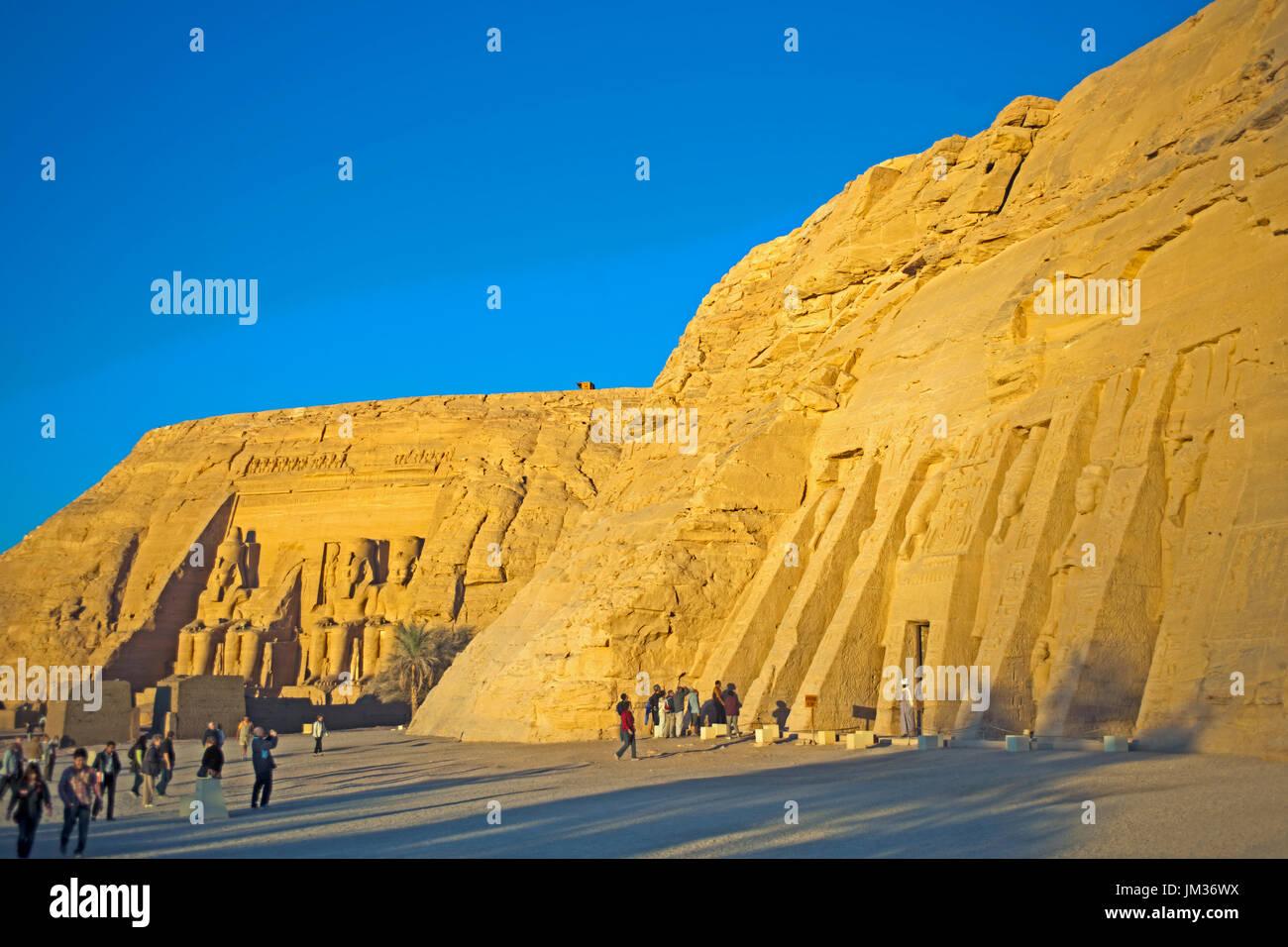Aegypten, Abu Simbel, hathortempel der Nefertari, der Lieblingsfrau von Ramses II., links dahinter der Grosse Tempel Stockbild