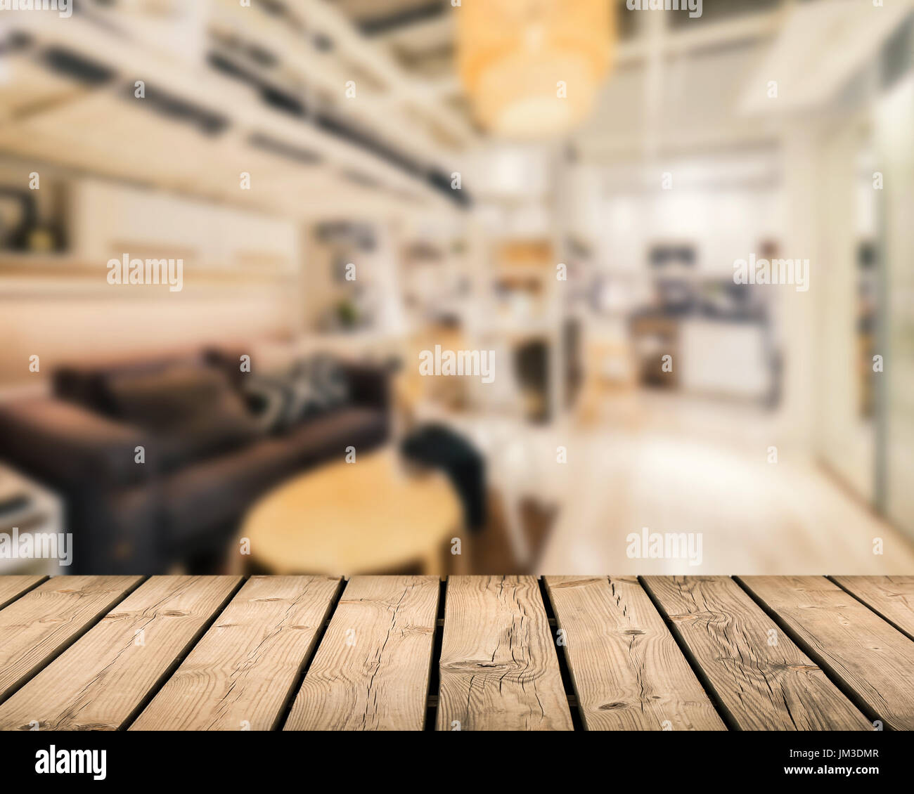 hölzerne Theke mit Wohnzimmer Hintergrund unscharf Stockfoto, Bild ...