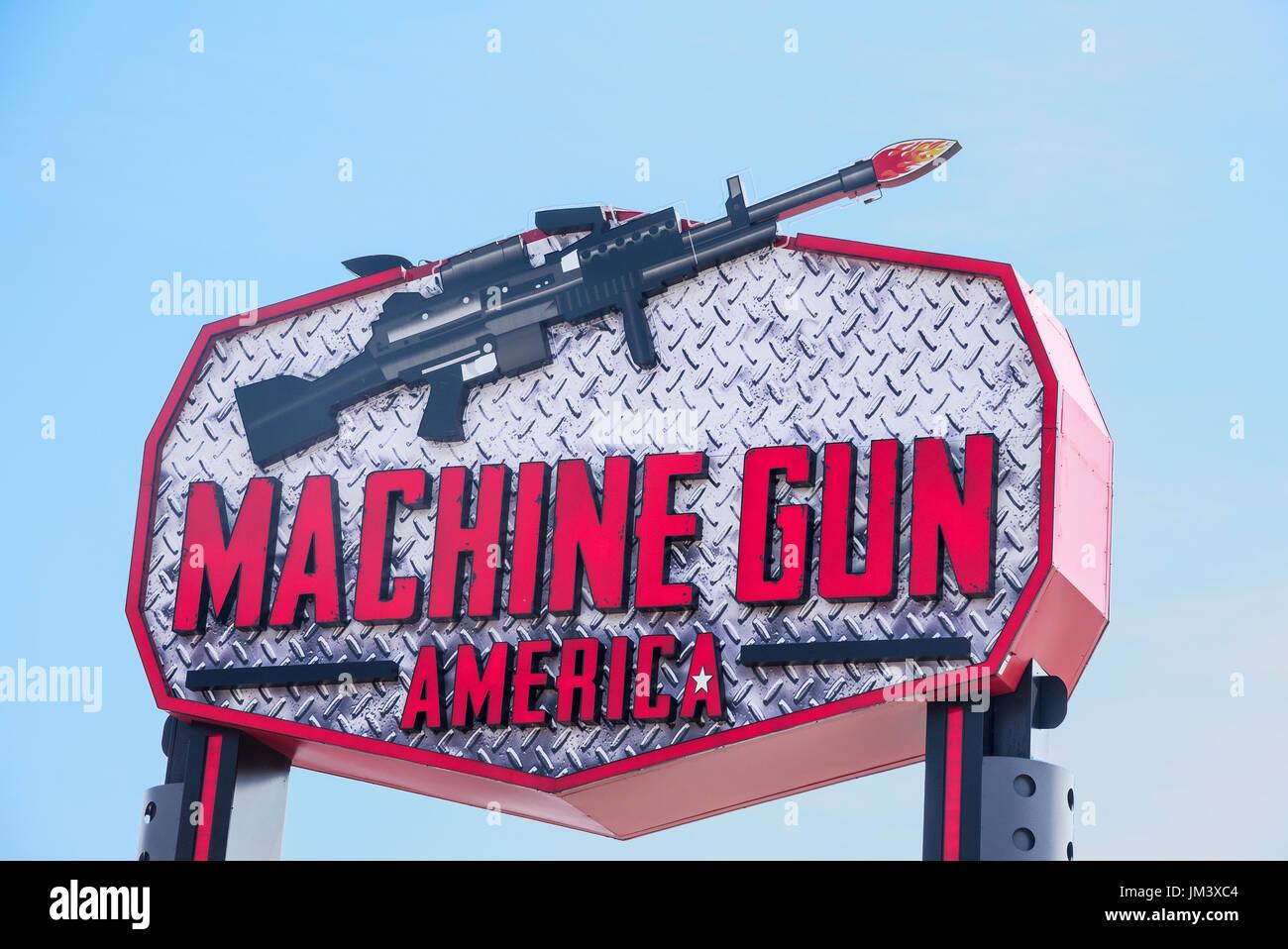 Große Seite außerhalb der MGA Orlando Maschinengewehr Erfahrung Attraktion in Kissimmee angezeigt. Stockbild