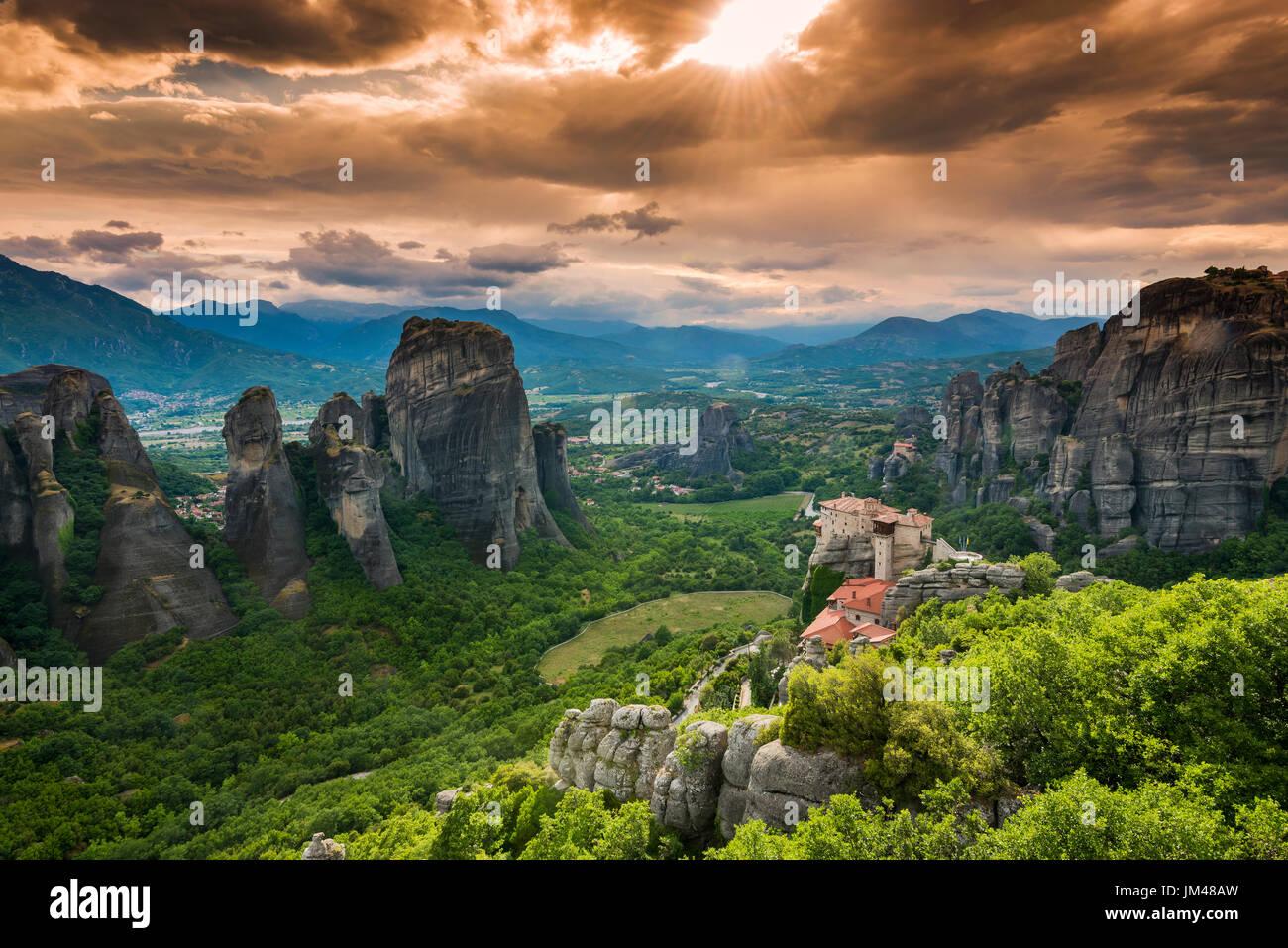 Blick auf den Sonnenuntergang über Kloster Moni Agias Varvaras Roussanou und die spektakuläre massive felsigen Spitzen von Meteora, Thessalien, Griechenland Stockbild