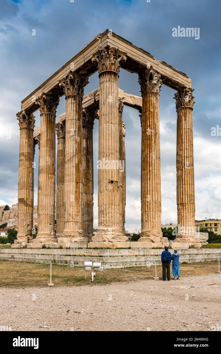 Touristen, die gerade den Tempel des Olympischen Zeus oder Olympieion, Athen, Attika, Griechenland Stockbild