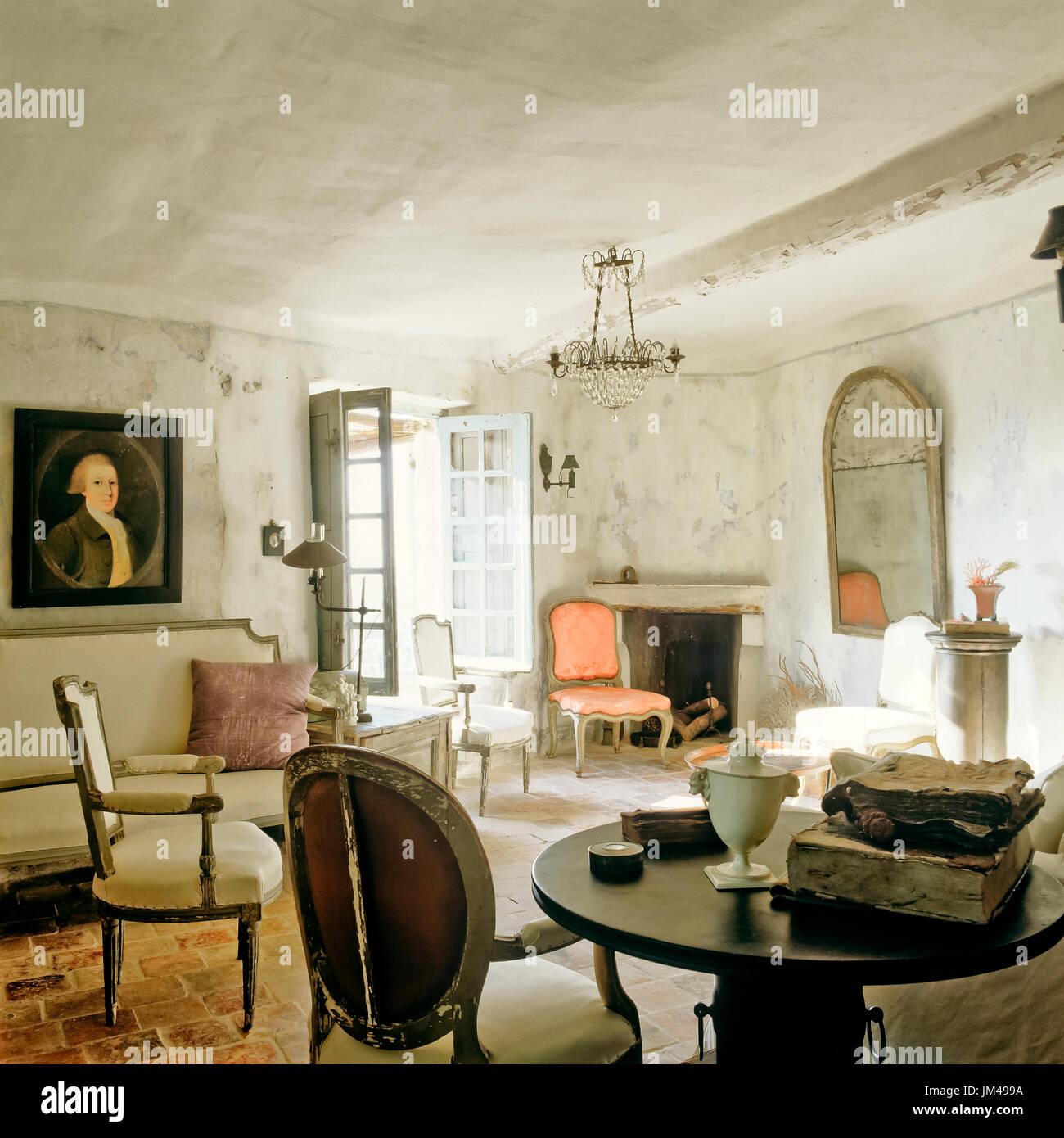Mediterranen Stil Wohnzimmer mit Vintage-Möbeln Stockfoto ...