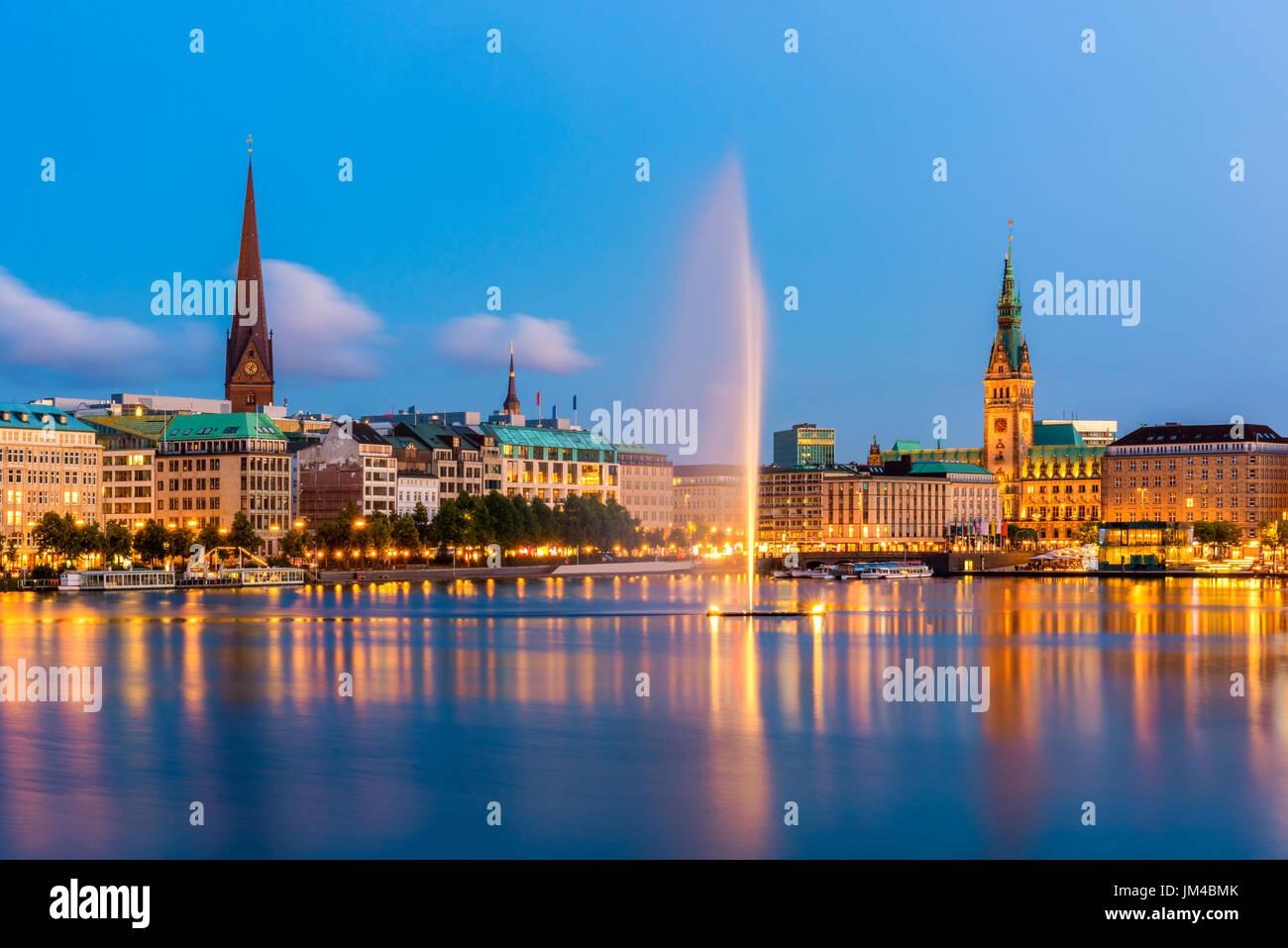 Hamburg-Deutschland-Skyline in der Abenddämmerung Stockbild