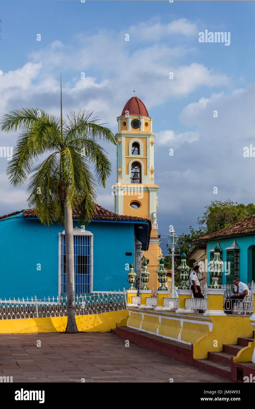 Der Glockenturm des MUSEO NACIONAL DE LA LUCHA CONTRA BANDIDOS von der PLAZA MAYOR - TRINIDAD, Kuba Stockbild