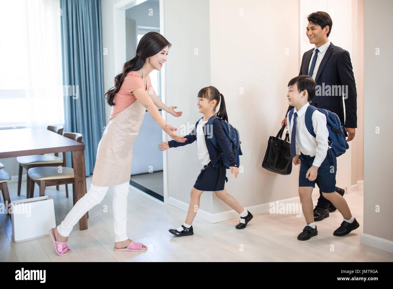 Chinesische Kinder kommen zurück von der Schule nach Hause Stockfoto