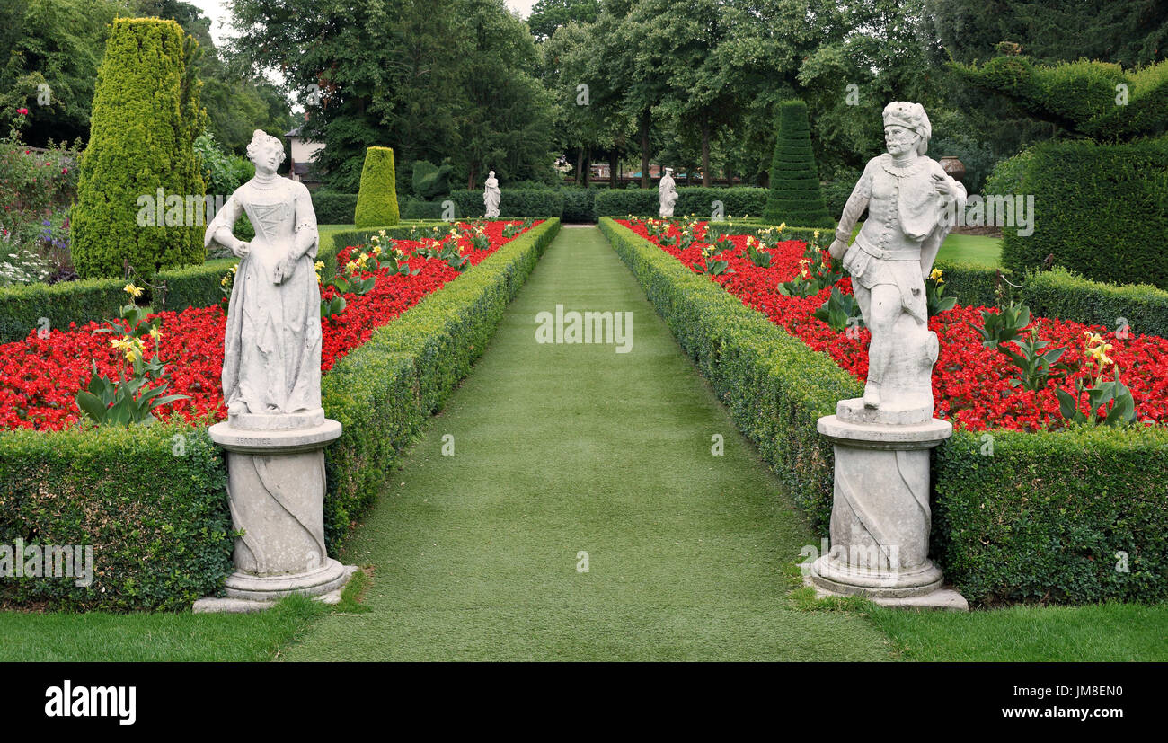 Die lange Garten Cliveden mit Box hedging, Formschnitt und Statuen Stockbild