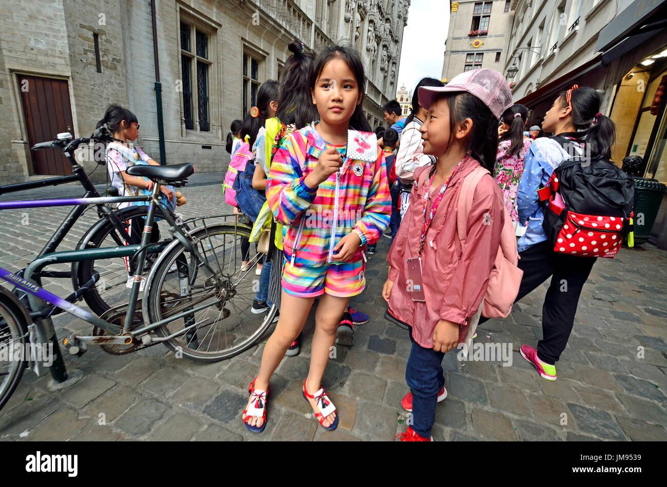Brüssel, Belgien. Chinesische Kinder auf einer organisierten Reise im Zentrum von Brüssel Stockbild