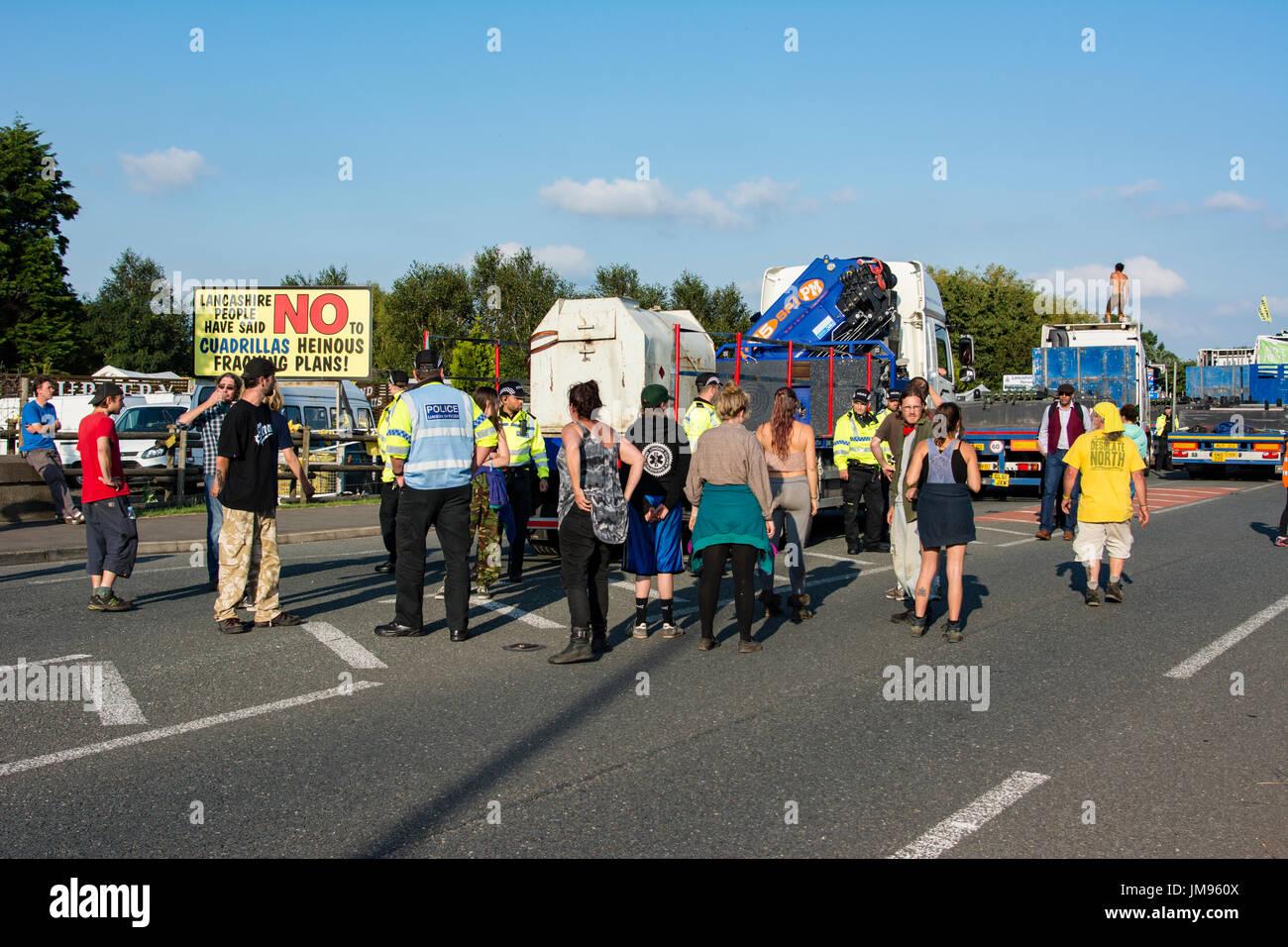 Friedliche Konfrontation mit der Polizei bewacht die LKW. Anti-Fracking Demonstranten stoppen Konvoi aus Lastwagen liefert die Cuadrilla explorative Schiefer GA Stockbild