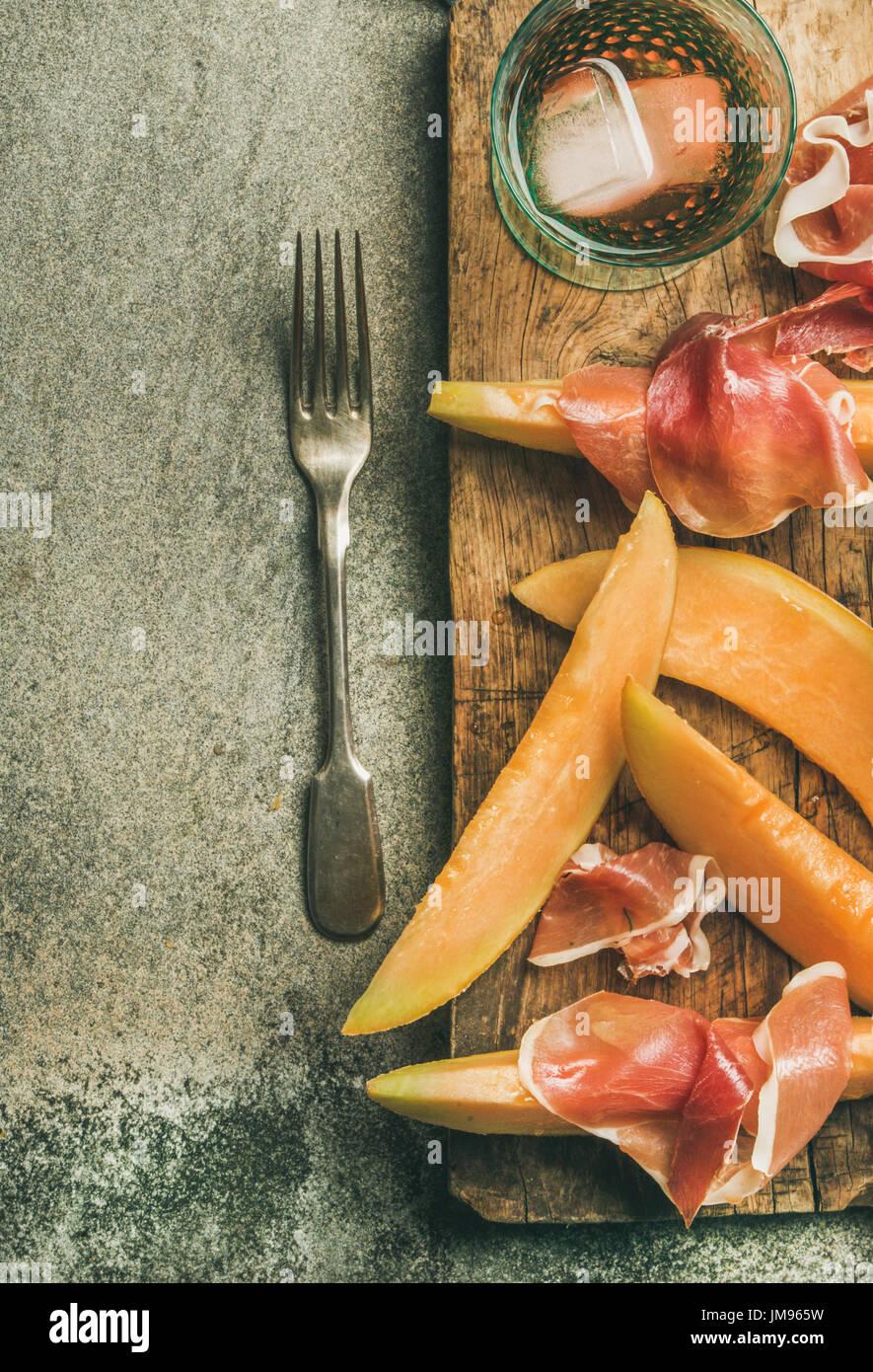 Sommer Wein-Party set mit rose Wein, Schinken, frische Melone Stockbild
