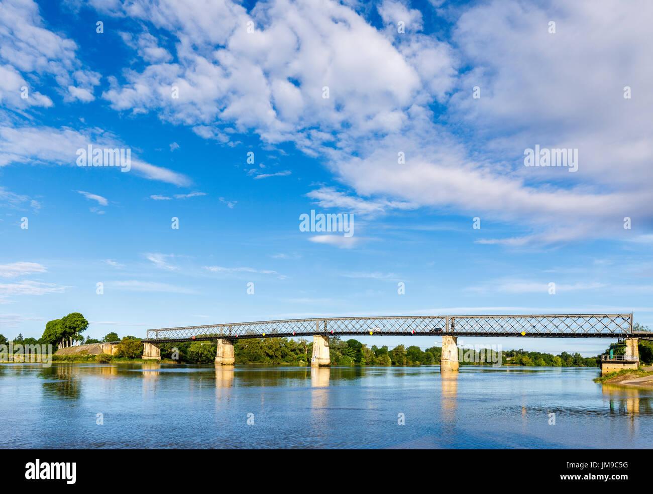 Brücke über den Fluss Garonne, Cadillac, eine Gemeinde im Département Gironde in der Nouvelle-Aquitaine, Südwest-Frankreich Stockbild