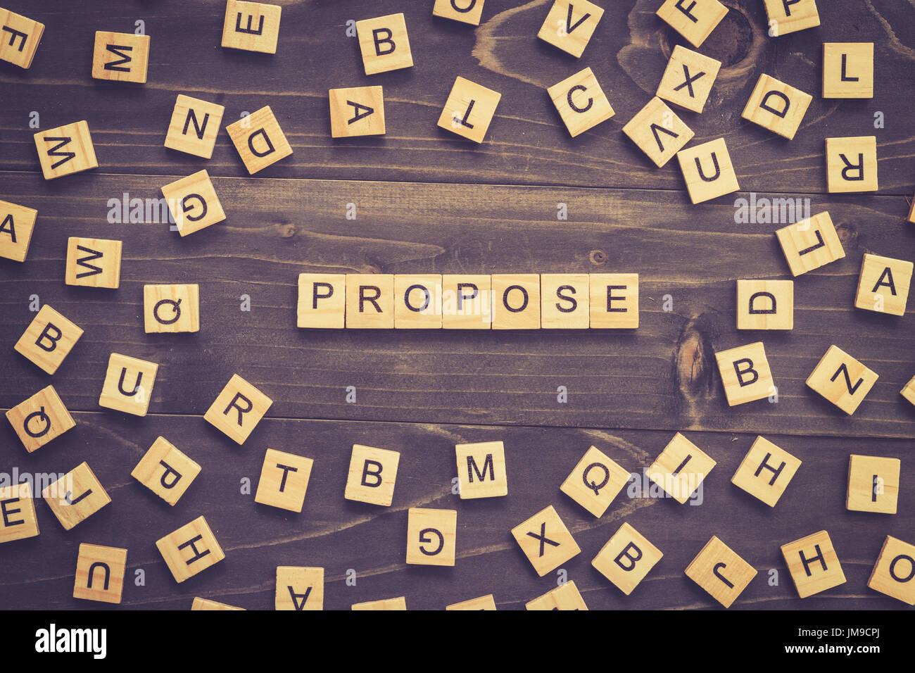 Wort-Holz-Block auf Tisch für Business-Konzept vorschlagen. Stockbild