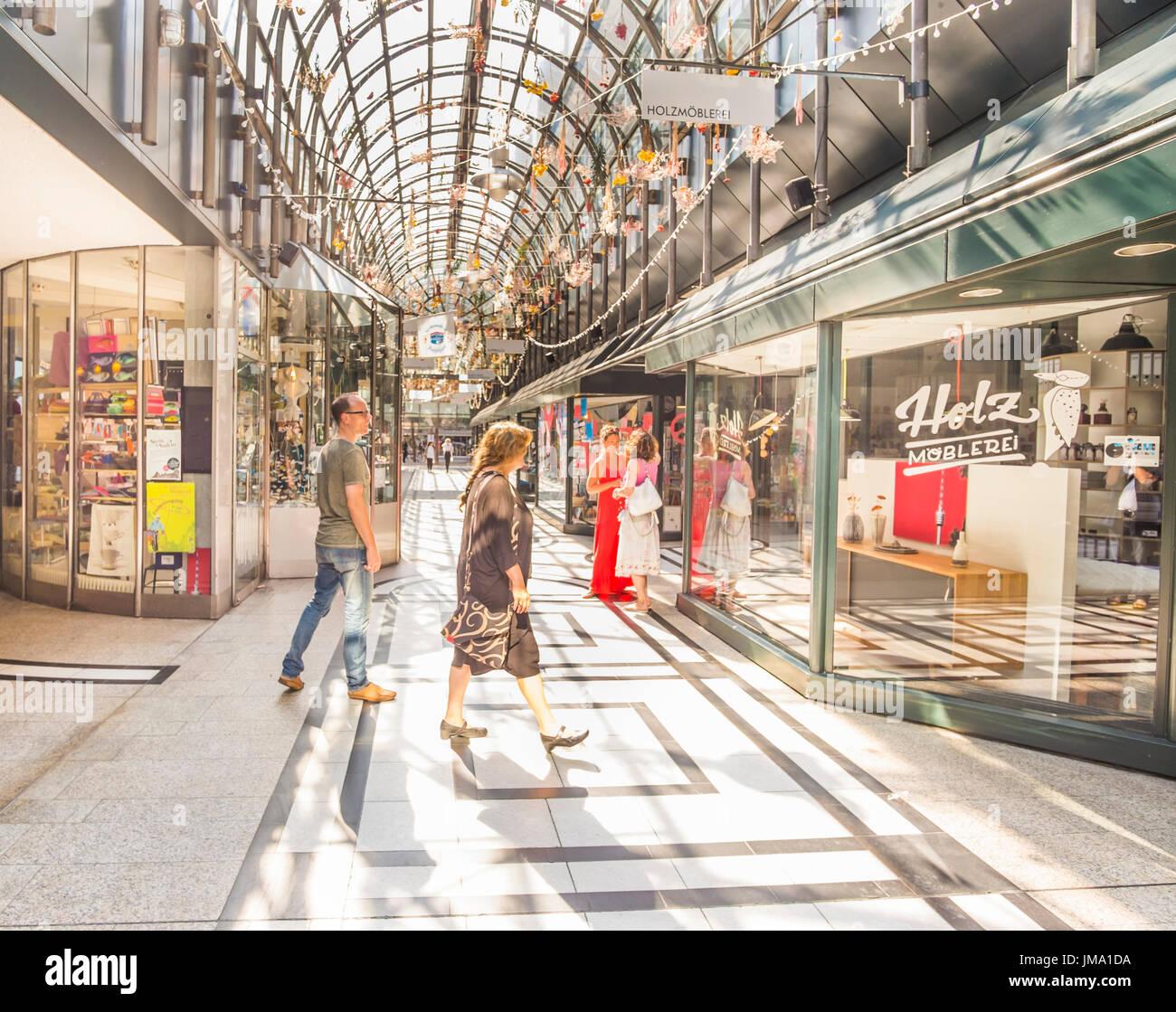 Shopper im Calwer Passage, Fluxus-zeitgenössische Concept-Store, Stuttgart, Baden-Württemberg, Deutschland Stockfoto