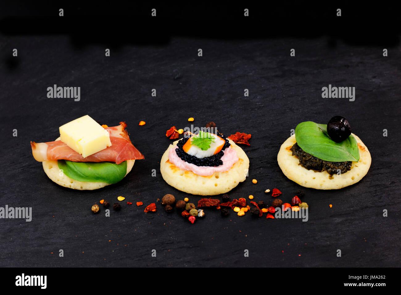 Hausgemachte Pfannkuchen Kanapees auf Schiefer Steinplatte für Fingerfood-party Stockbild