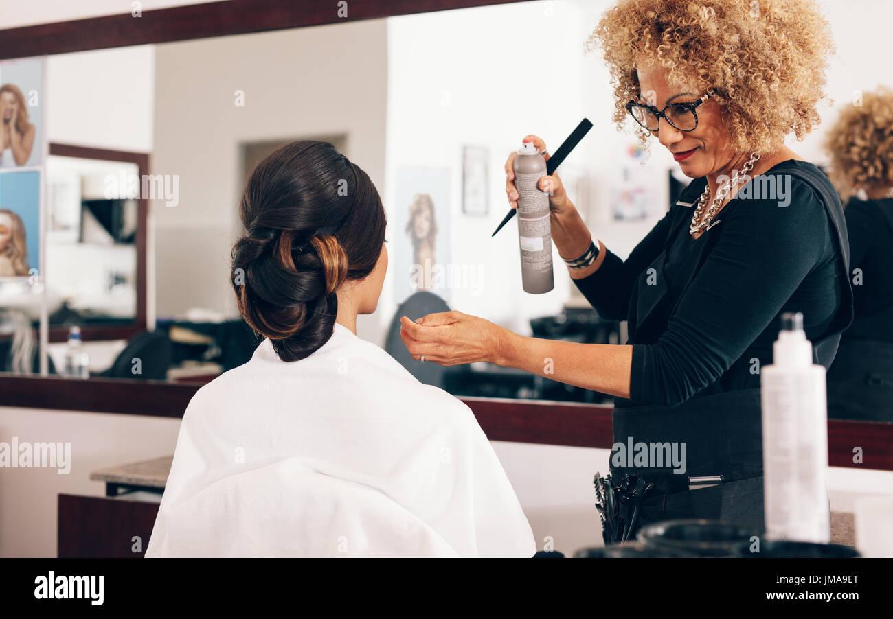 Hair Setting Spray Stockfotos & Hair Setting Spray Bilder - Alamy