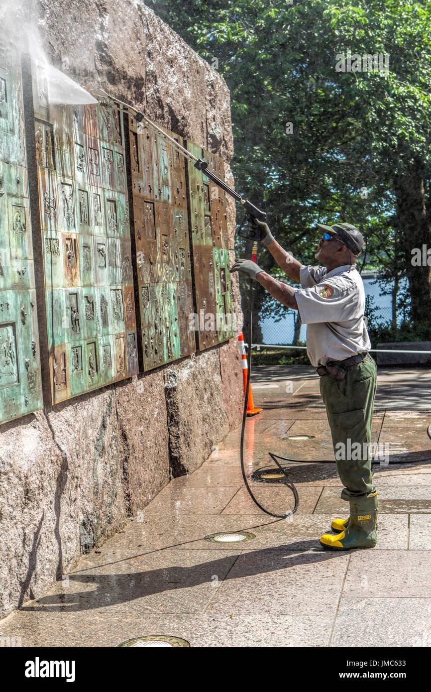 Eine redaktionelle Bild einer Park-Mitarbeiter macht Waschen eine Wand eines Denkmals in Washington DC. Stockbild