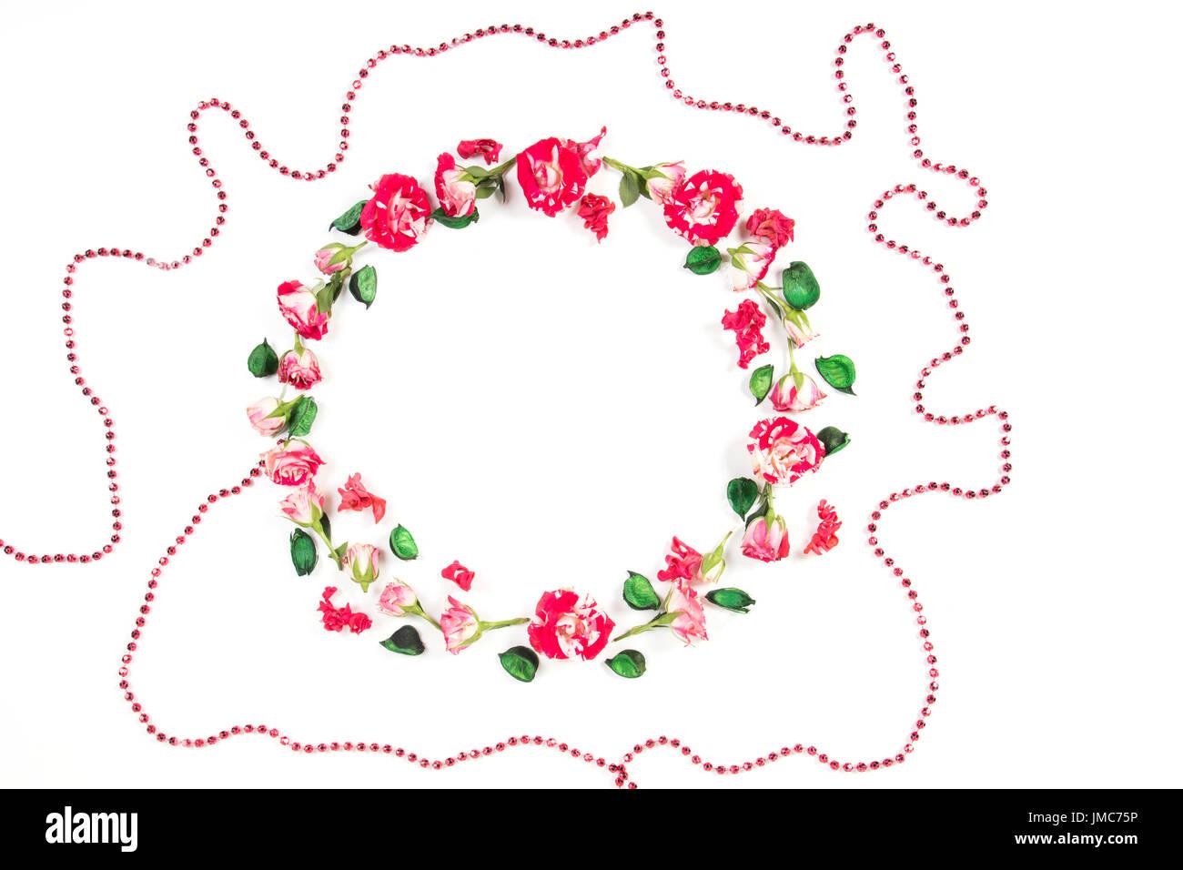 Blumen-Komposition. Kranz aus frischen Rosen und getrockneten Blumen auf weißem Hintergrund. Flach legen, Top Aussicht Stockfoto