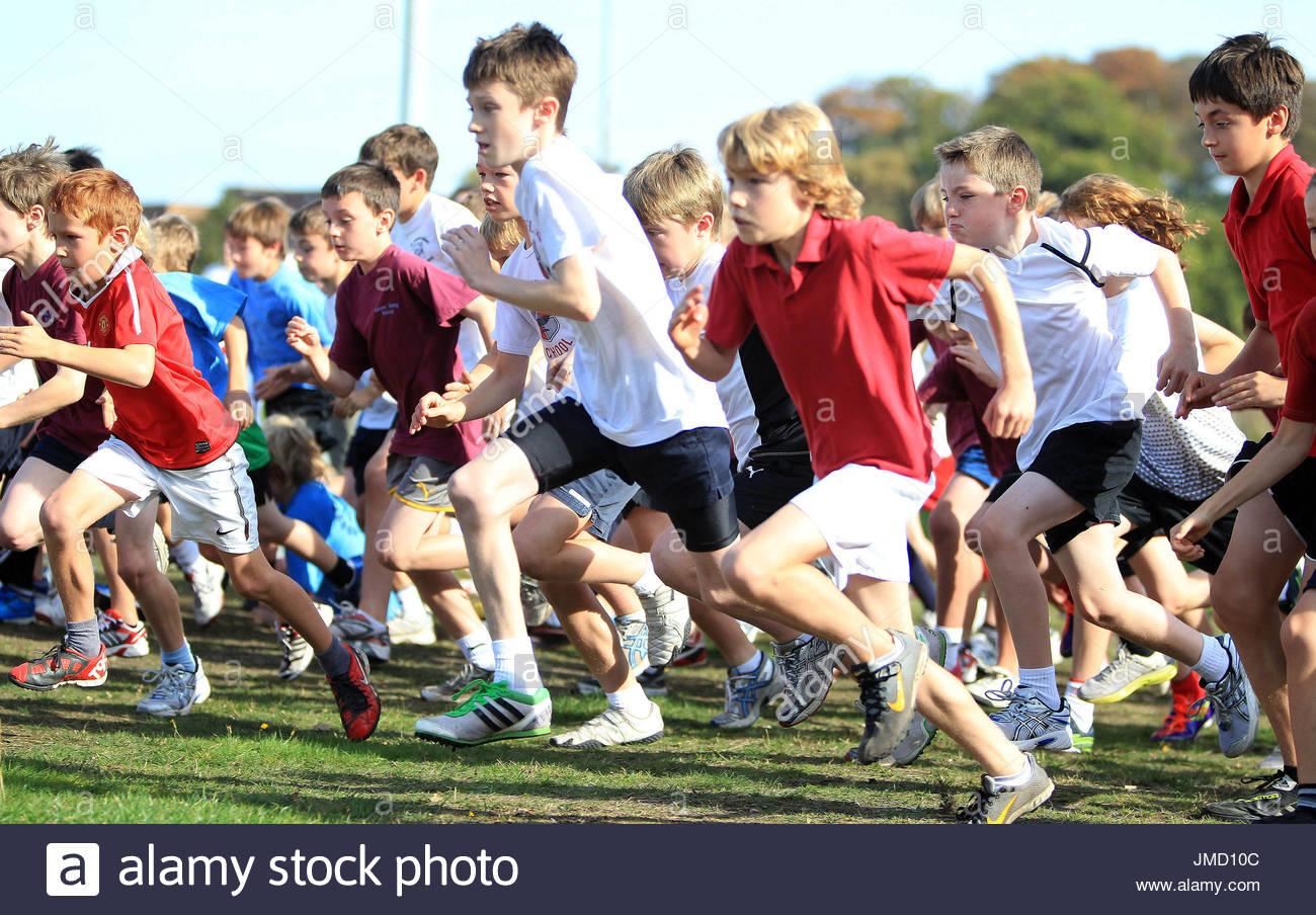Datei Foto datiert 22.08.2013 sieben-jährige Kinder am Sport teilnehmen. Geld zweckgebunden, um Kindern zu helfen, die gesunde und aktive Leben nicht verwendet werden, darf um eine Lücke in der Finanzierung der Schule stecken, haben davor gewarnt, Rathaus-Chefs. Stockbild