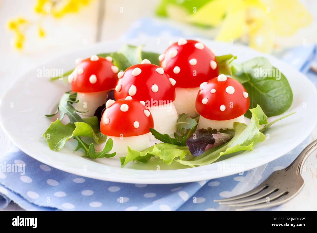 Spa beim essen f r kinder sch ne mozzarella und tomaten pilze mit salat oder kreative - Kochen fur kinder thermomix ...