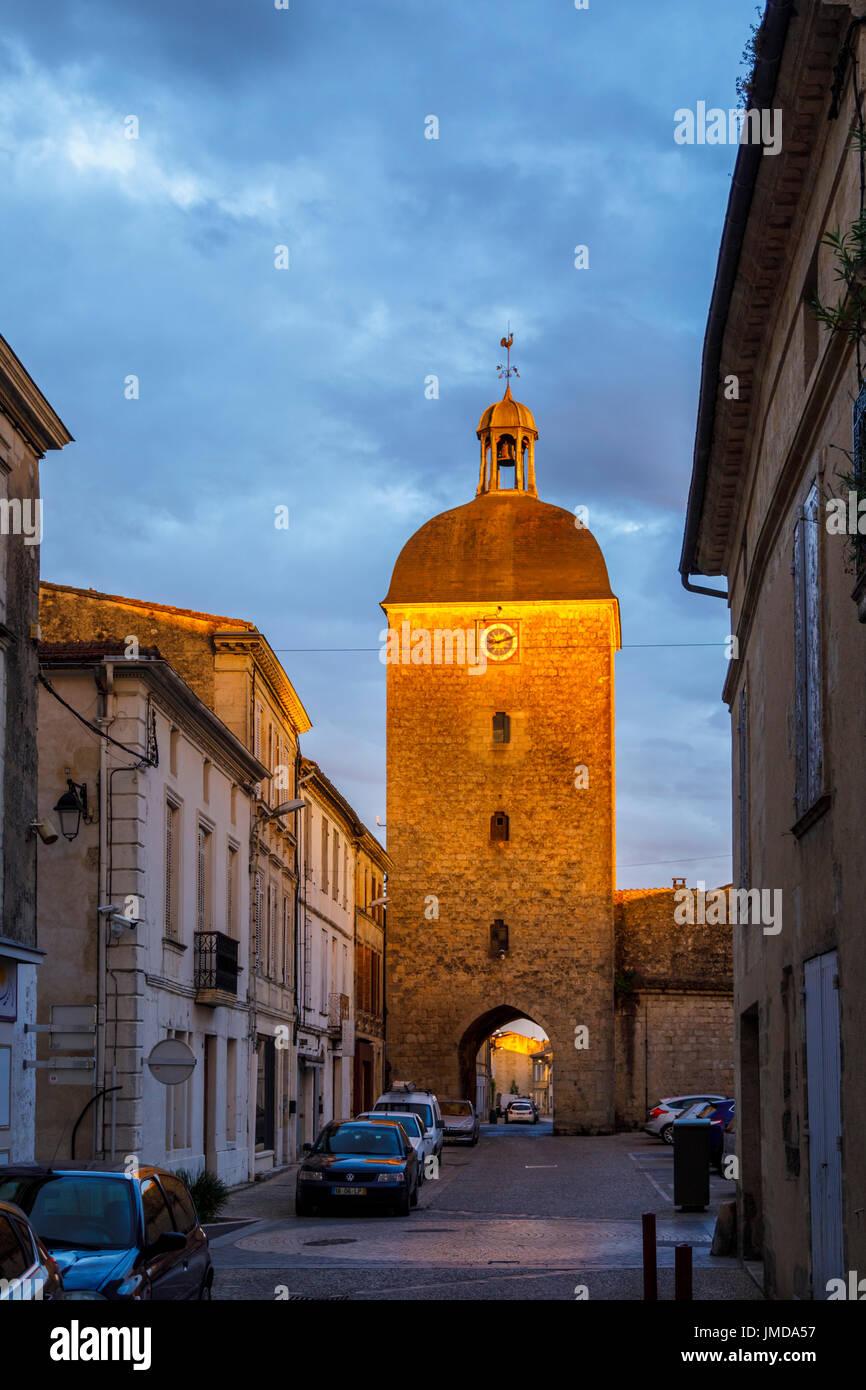 Tor in der Stadtmauer bei Sonnenuntergang, Cadillac, eine Gemeinde im Département Gironde in der Nouvelle-Aquitaine, Südwest-Frankreich Stockbild
