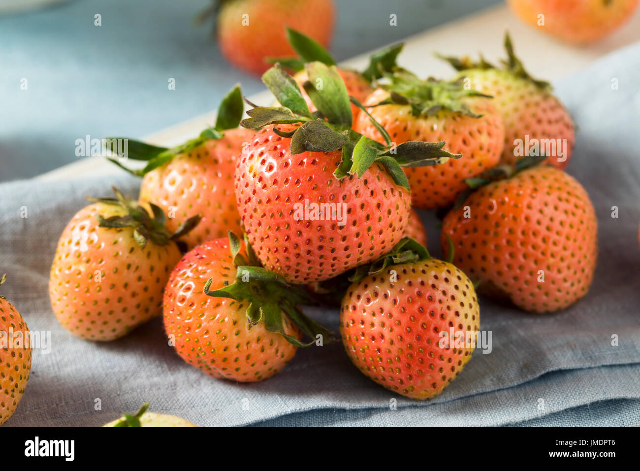Rohe organische rosa und weißen erröten Erdbeeren bereit, Essen Stockbild