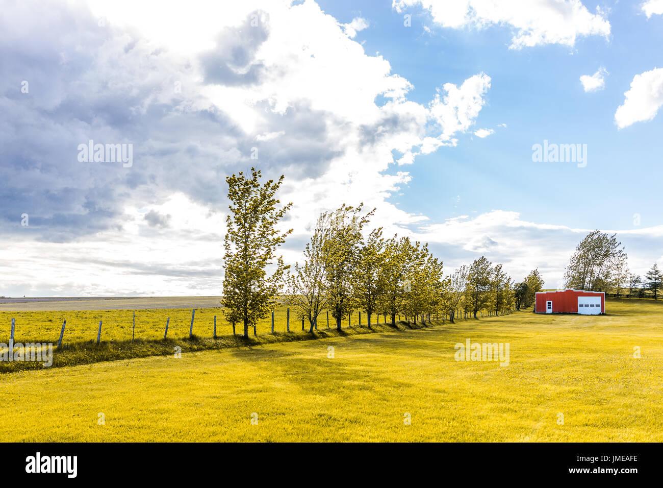 Rot Lackiert Vintage Schuppen Mit Türen Im Sommer Landschaft Feld In  Landschaft Mit Zaun Und Sonne