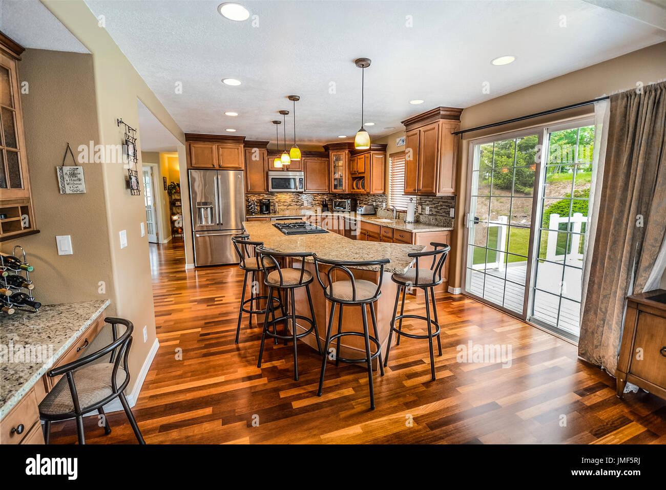 Gehobene, geräumige Luxus-Küche mit großen Granitinsel oben in der ...