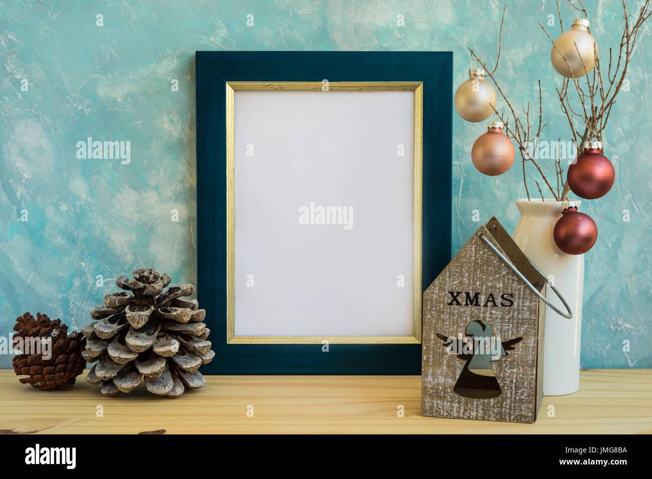 Blaue und goldene Rahmen mock-up, Weihnachten, Neujahr, Tannenzapfen ...