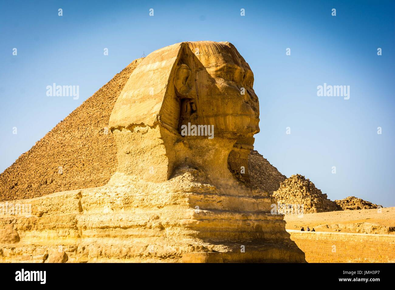 die Sphinx bewacht die Pyramiden Stockfoto