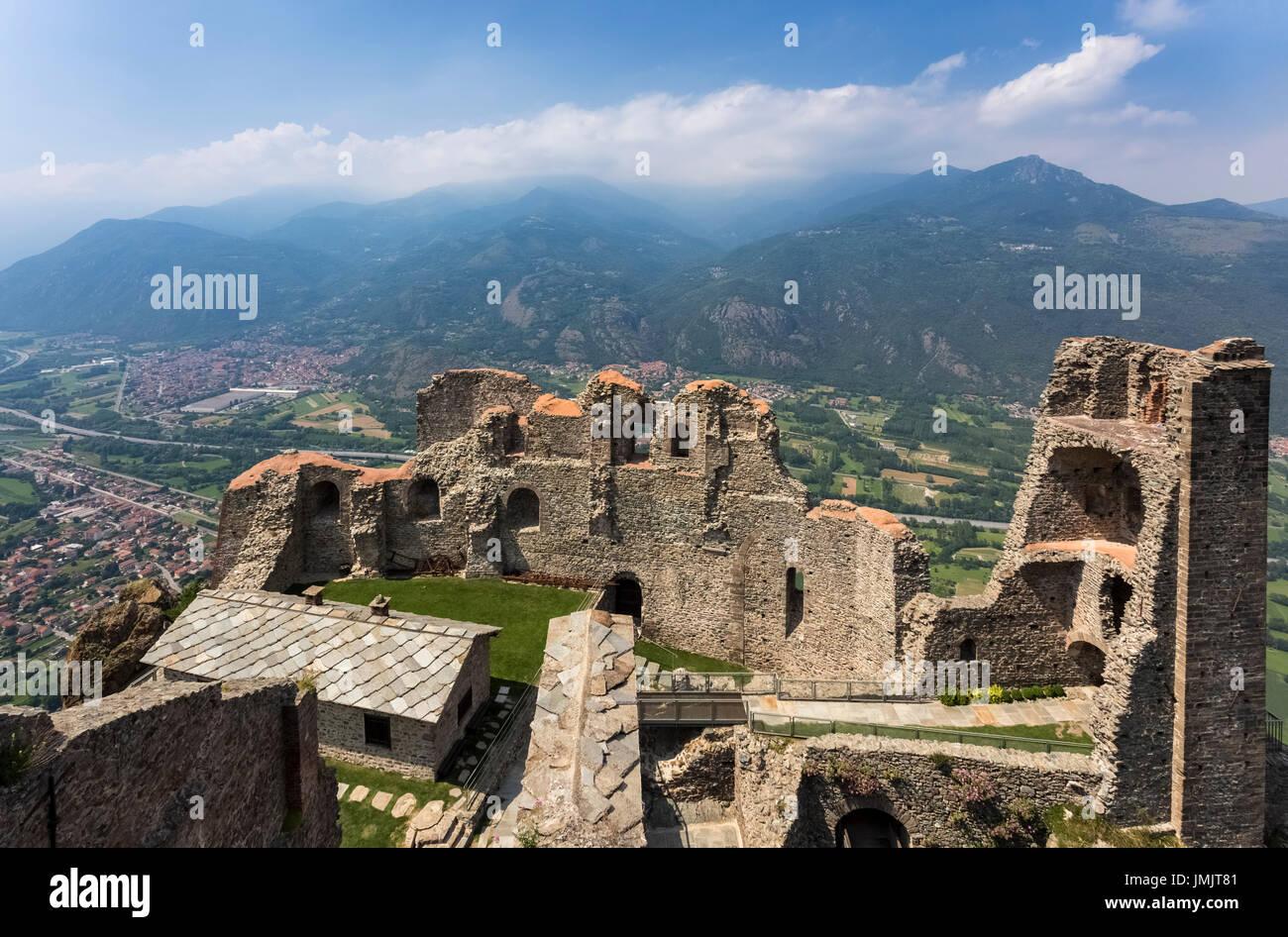 Blick auf die Torre della Bell\'Alda und die Ruinen des neuen ...