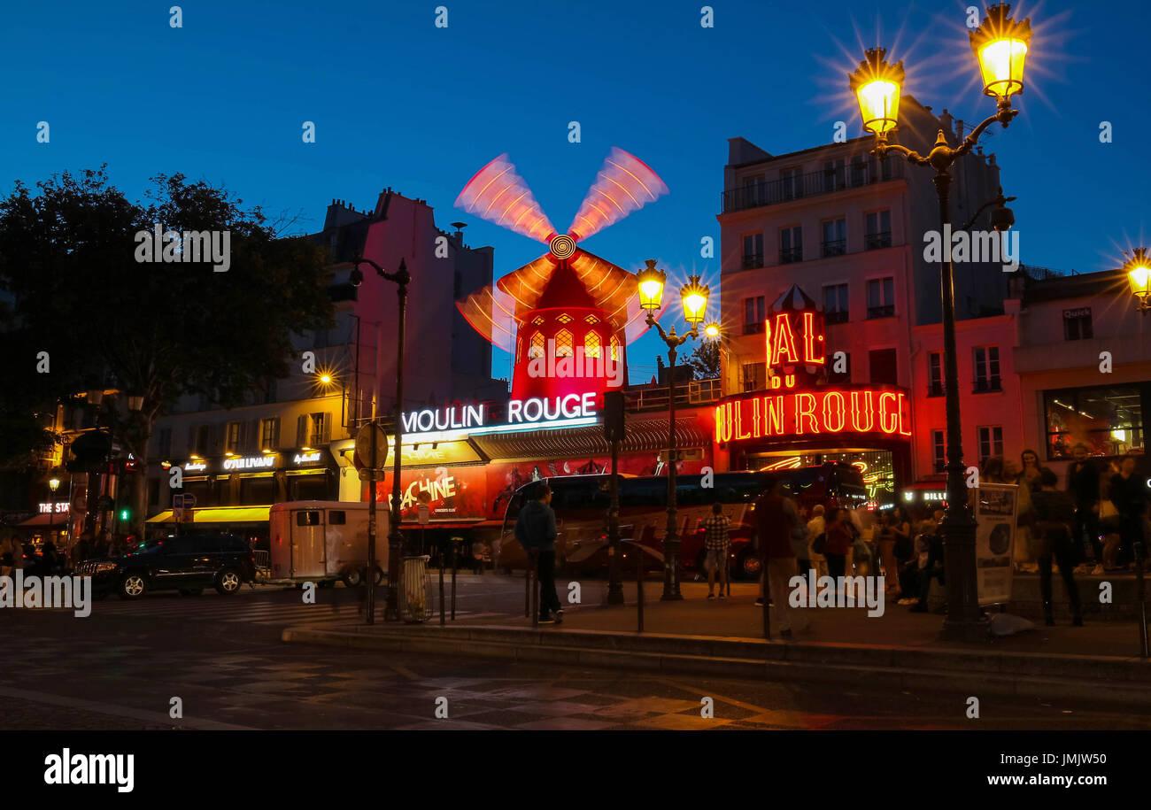 Das Kabarett berühmten Moulin Rouge in der Nacht, Gegend von Montmartre, Paris, Frankreich. Stockbild