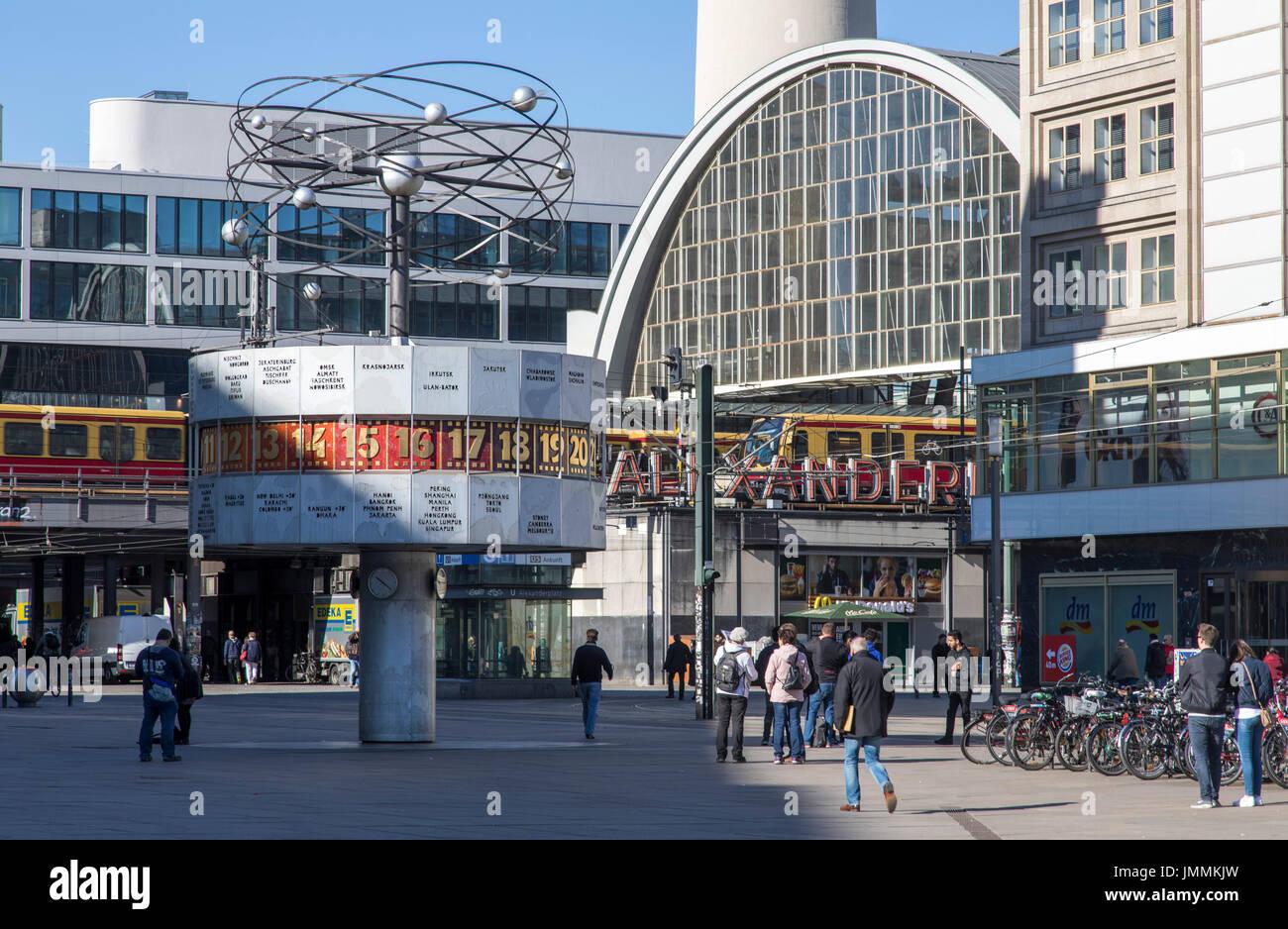 Berlin Deutschland Alexanderplatz Innenstadt Bezirk Mitte Berliner Fernsehturm Urania Weltzeituhr Bahnhof Stockfotografie Alamy