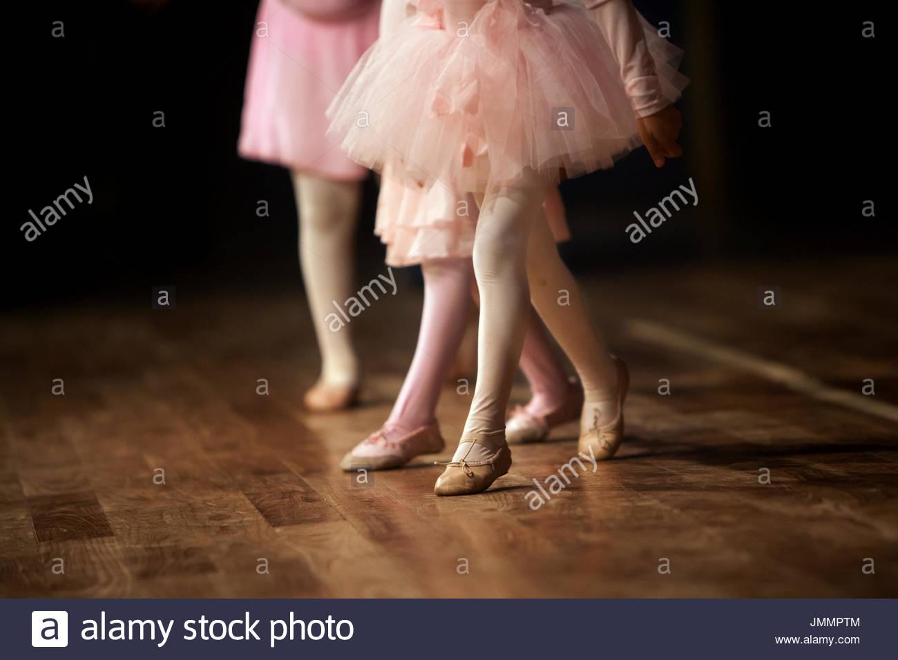 Ein 3 Jahre altes Mädchen auf der Bühne ihre Ballettaufführung. Stockfoto