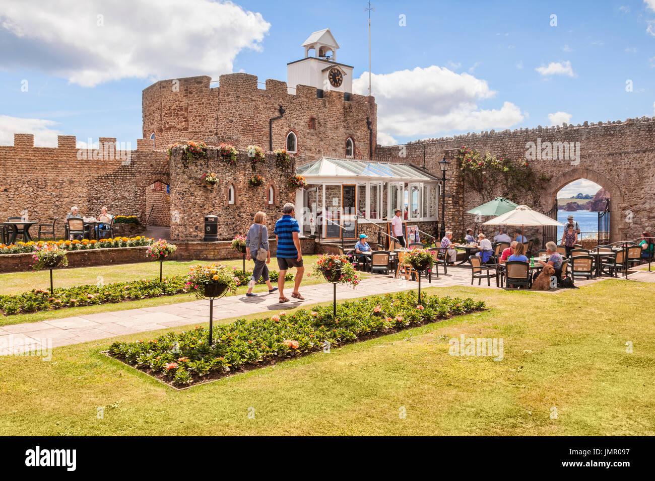 3. Juli 2017: Sidmouth, Dorset, England, UK - Cafe in Connaught Gärten an einem sonnigen Sommertag. Stockbild