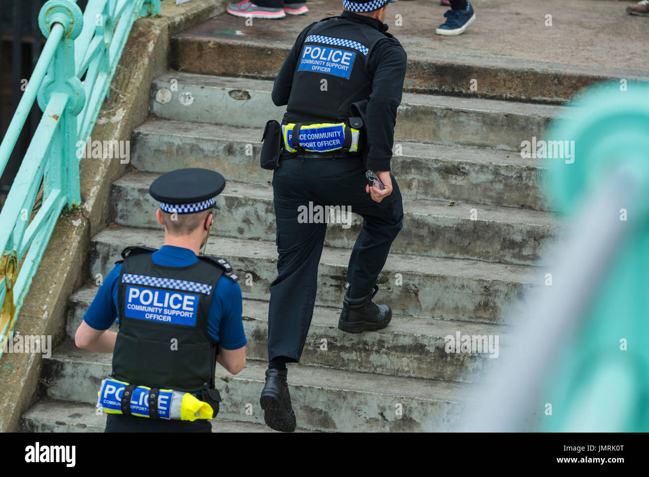 PCSOs (Police Community Support Officers) läuft bis Schritte in Brighton, East Sussex, England, UK. Stockbild