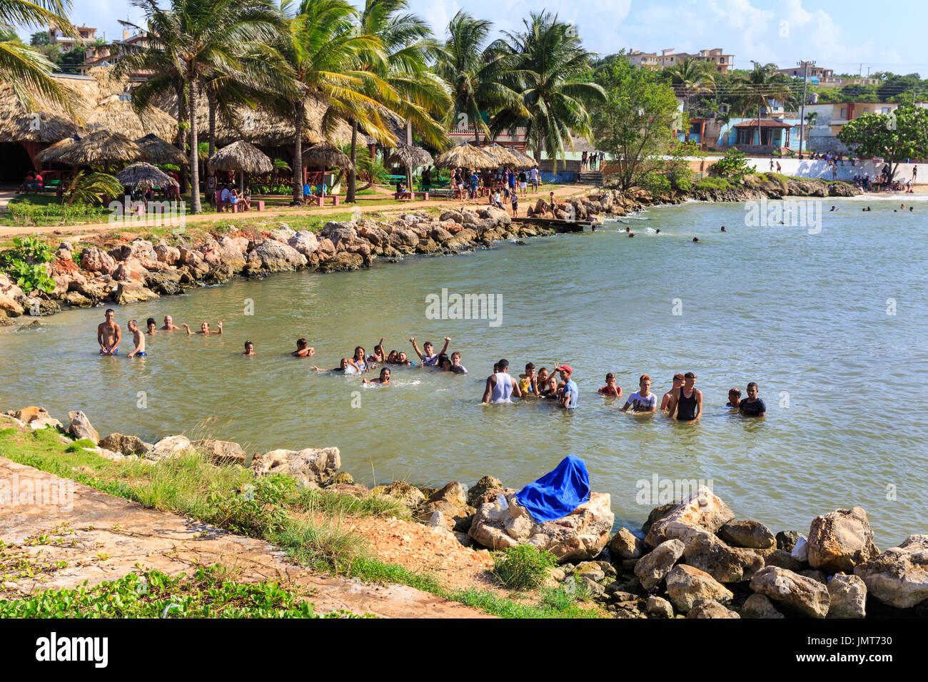 Kubaner, Baden, Menschen schwimmen und genießen ihre Freizeit am Stadtstrand von Matanzas, Kuba Stockbild