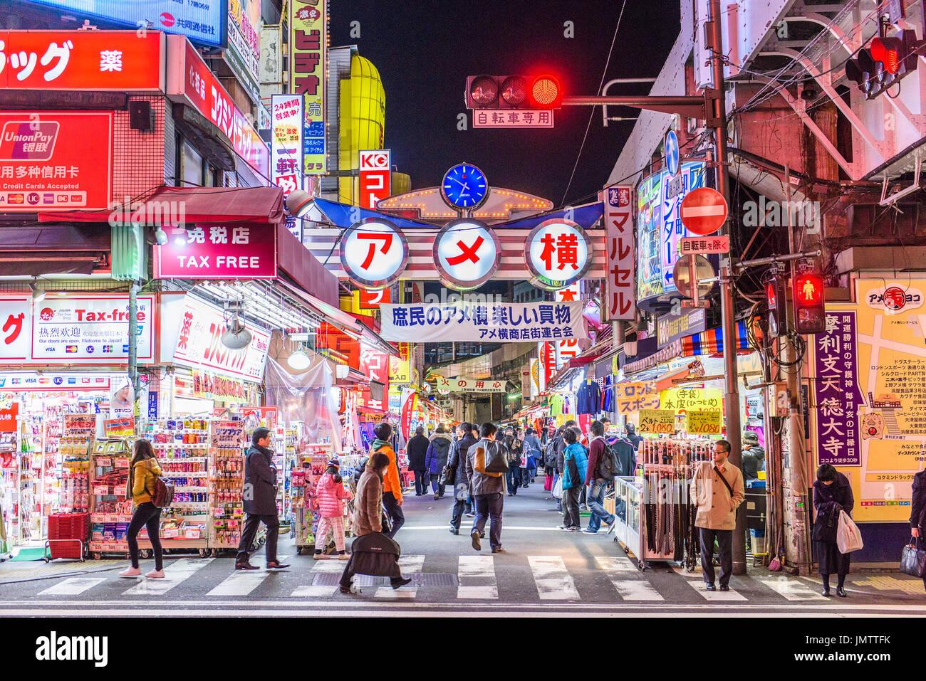 TOKYO, JAPAN - 28. Dezember 2015: Massen an Ameyoko Geschäft Bezirk von Tokio. Die Straße war der Ort eines Schwarzmarktes in den Folgejahren Welt Stockbild