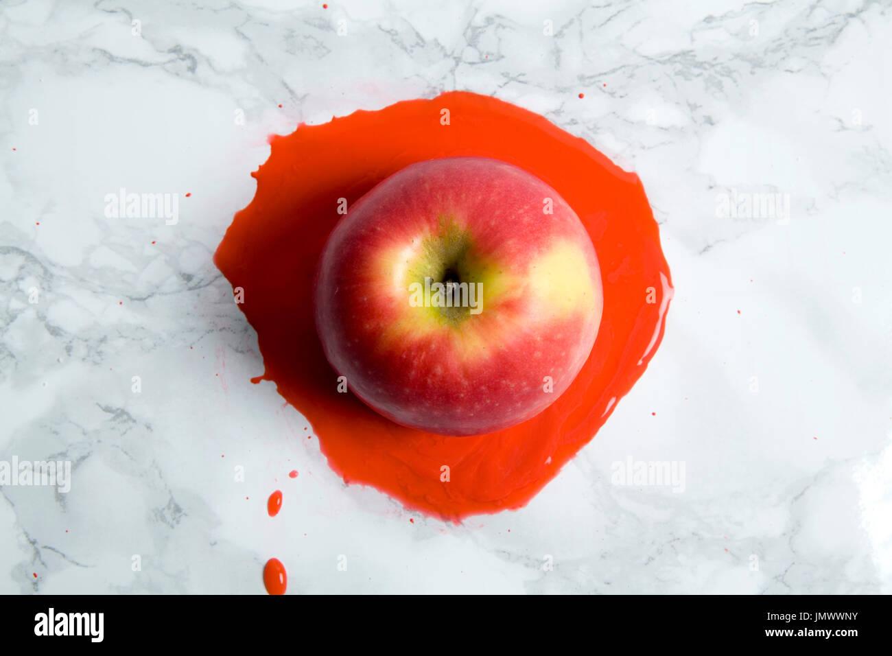 Ein Apfel auf einem Marmor Hintergrund schmelzen. minimale Farbe Still Life Fotografie Stockbild