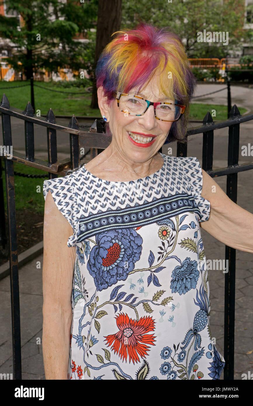 Porträt von einer attraktiven jungen Frau in ihrer Mitte der siebziger Jahre mit einer modernen bunten Frisur. In Greenwich Village, New York City. Stockbild