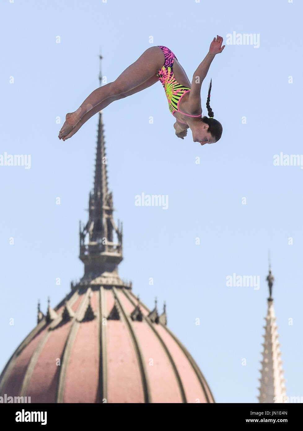 Budapest, Ungarn. 29. Juli 2017. Der deutsche hohe Taucher Iris Schmidbauer springt 20 Meter Höhe vor der Szene des ungarischen Parlaments während der Frauen 20 m hohen Tauchen Finale von der FINA Weltmeisterschaften 2017 in Budapest, Ungarn, 29. Juli 2017. Foto: Axel Heimken/Dpa/Alamy Live News Stockbild