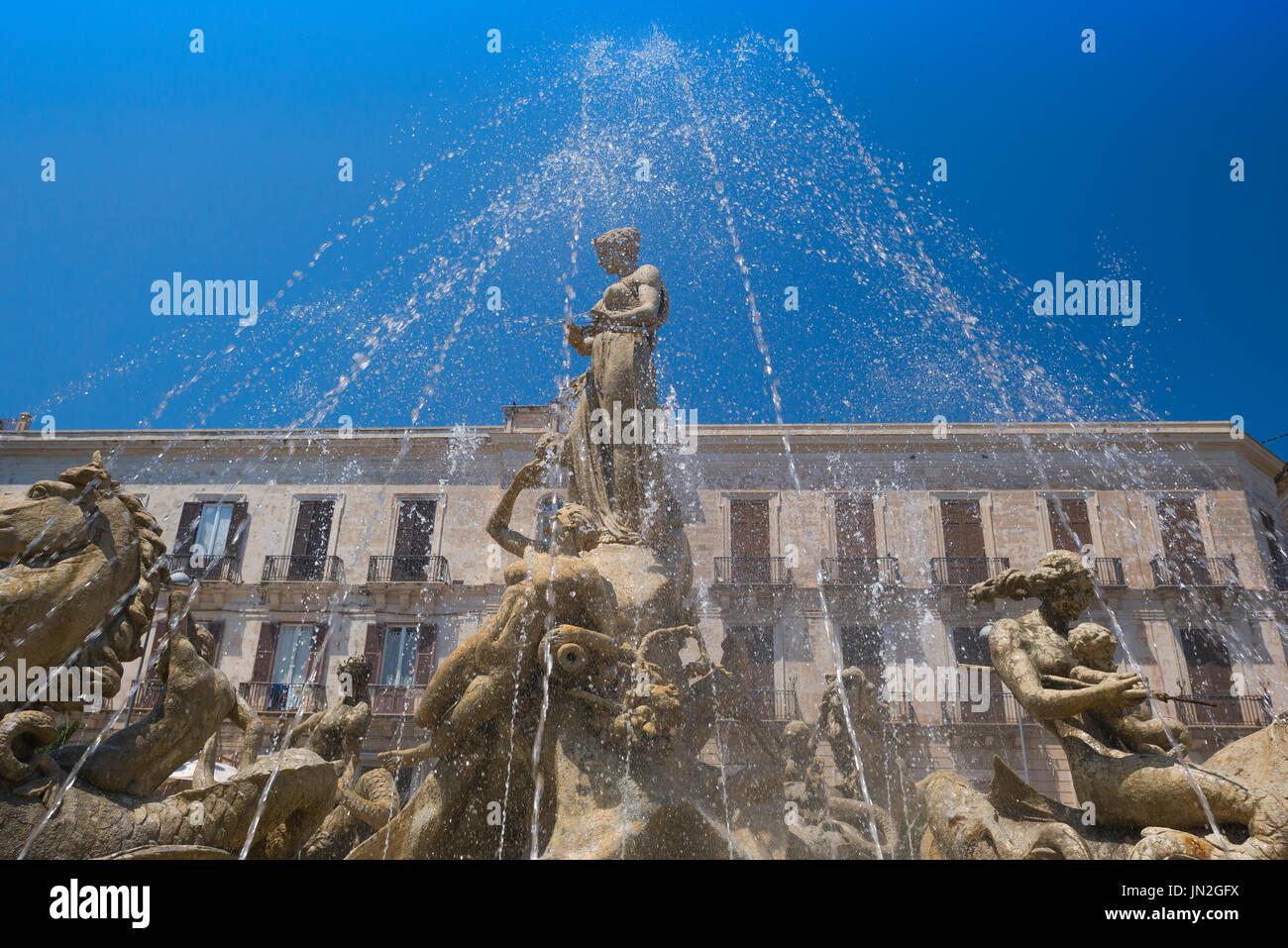 Syrakus Sizilien-Brunnen, den berühmten Brunnen von Artemis in die Piazza Archimede in Ortigia, Syrakus, Sizilien. Stockbild