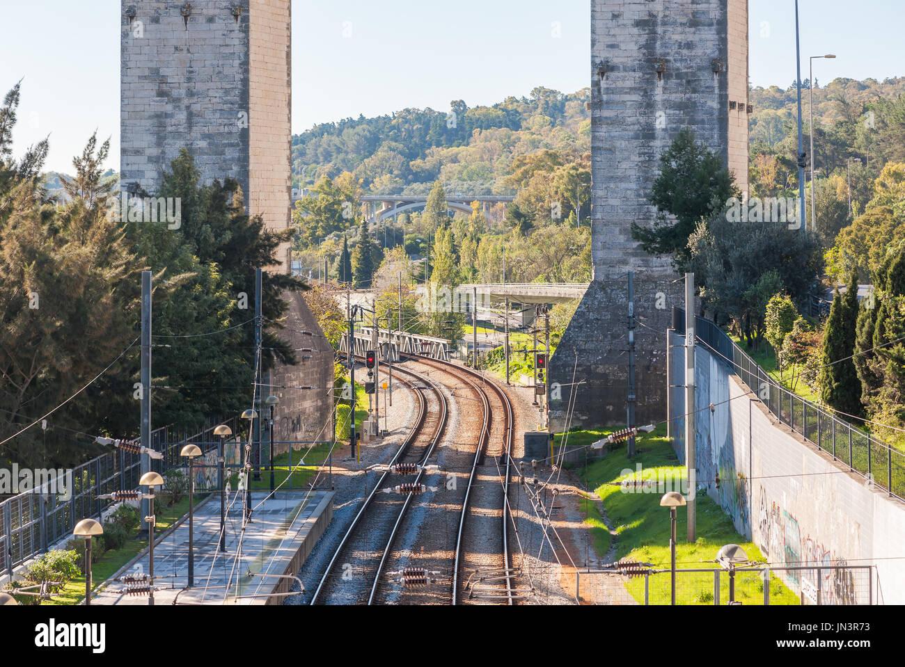 Bahn unter die Wasserleitung des freien Wassers am Bahnhof Campolide in Lissabon, Portugal Stockbild